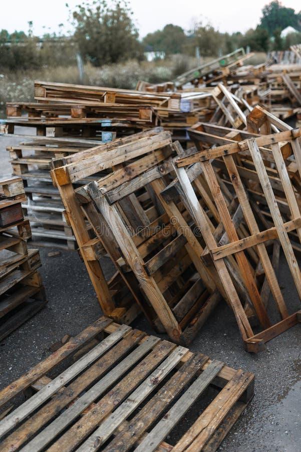 Träpaletter i ett lager i skogen arkivfoton