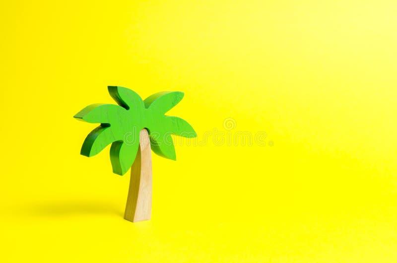 Träpalmträd på en gul bakgrund Begreppsmässig fritid och semester, underhållning och avkoppling Tours och kryssningar arkivfoton
