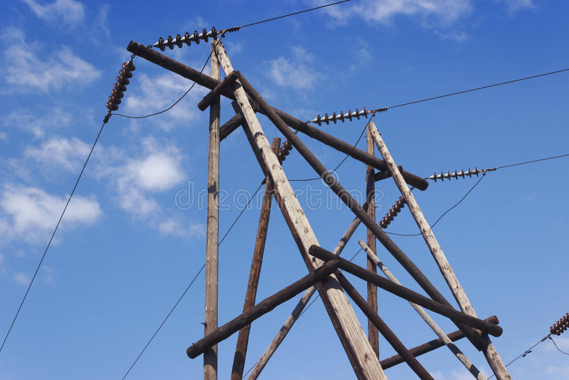 Träpelare av elektricitetsöverföringslinjen arkivbild