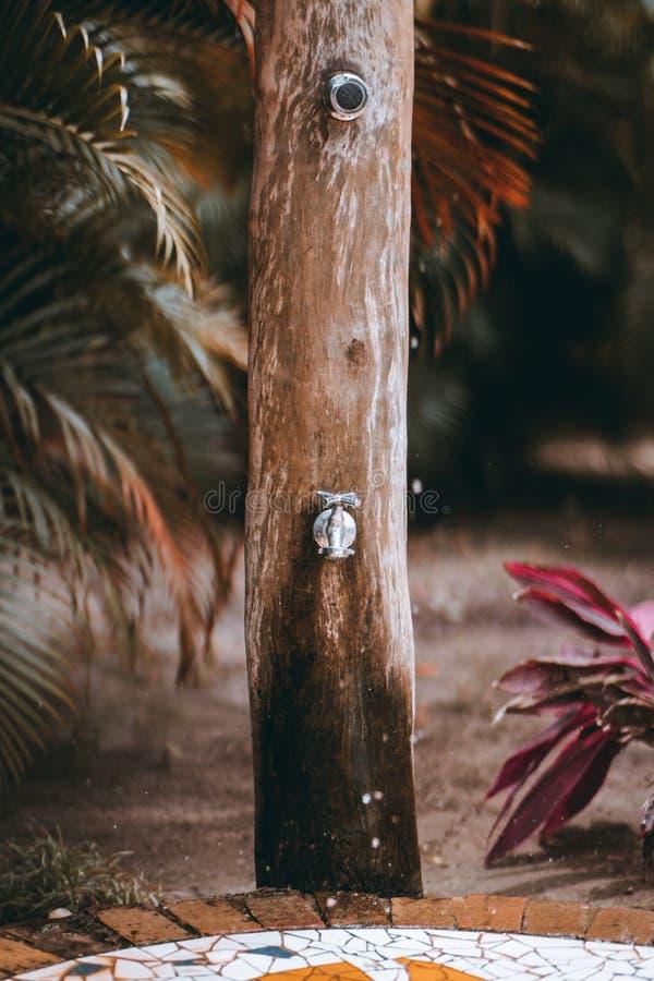 Träpelare av gataduschen, livliga färger royaltyfri foto
