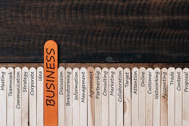 Träpinnen med affär gällde ord på trätabellbakgrund royaltyfria foton