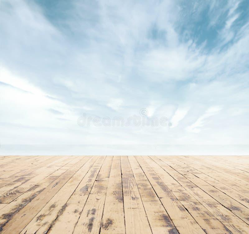 Träpir, exotiskt hav och den blåa himlen arkivfoton