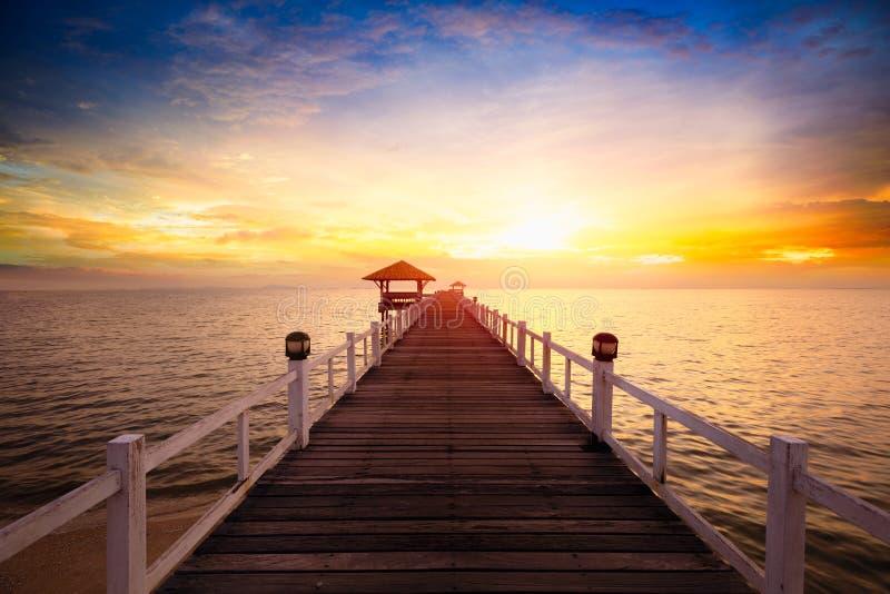 Träpir mellan solnedgången i Phuket arkivfoto