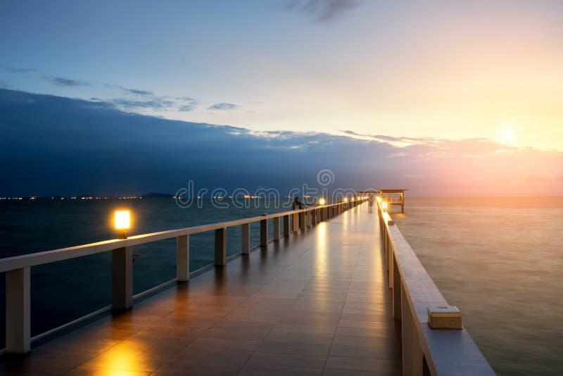 Träpir mellan solnedgången i Phuket, Thailand Sommar lopp, royaltyfri bild