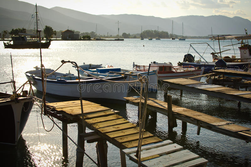 Träpir och fiskebåtar royaltyfria bilder