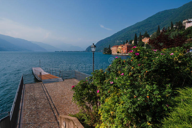 Träpir på Como sjön royaltyfri bild