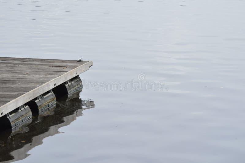 träpirdetalj på mörkt vatten Träskeppsdockadetalj royaltyfri fotografi