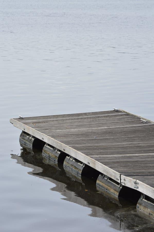 träpirdetalj på mörkt vatten Träskeppsdockadetalj arkivfoto