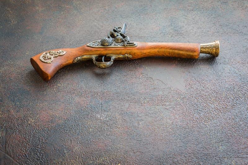 Träpistol för gammal tappning på träbakgrund arkivfoto