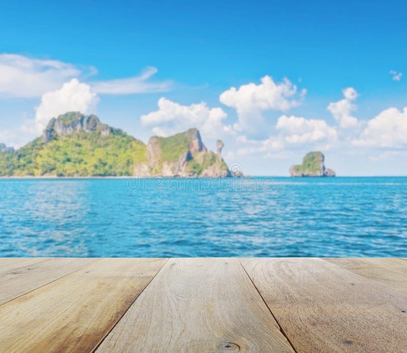Träplattform med suddig härlig seascape av den fega ön, Thailand arkivbilder