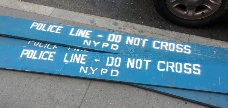 Träpolisbarrikader i staden av New York royaltyfri bild