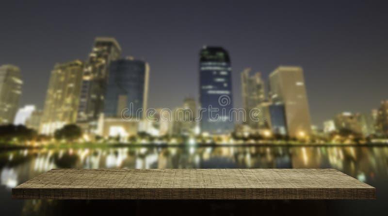 Träräknareskärm med nattstaden royaltyfri fotografi