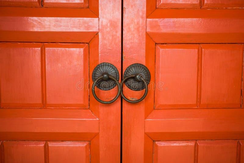 Träröd dörr för arkitekturbakgrundscloseup av forntida templ royaltyfri foto