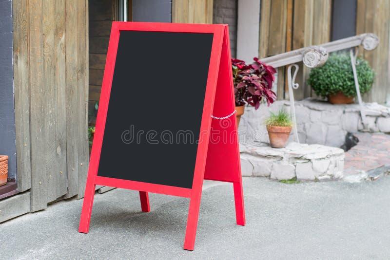 Träröd restaurangskylt med stället för text på plakatet tom bl för bigboard för affisch för meny för mat för advertizing för gata royaltyfria bilder