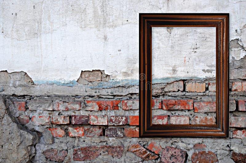 Träram över grungetegelstenväggen royaltyfri fotografi