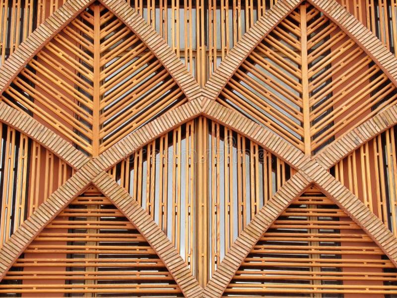 Trärammodell i en byggande fasad royaltyfria foton