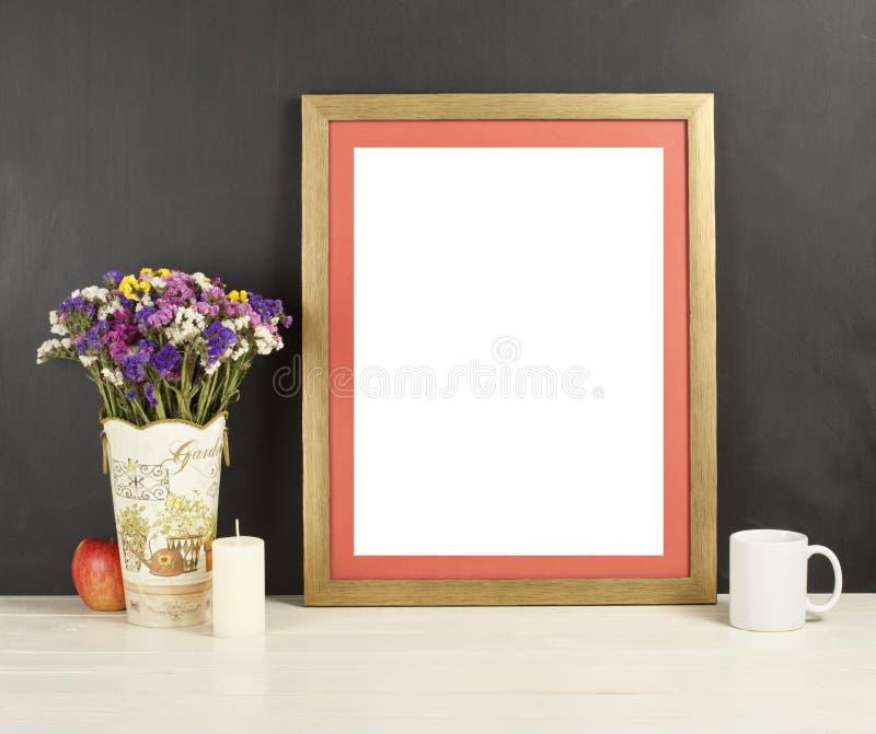 Trärammodellen med fältet blommar i vasen, äpple, rånar och c royaltyfri foto