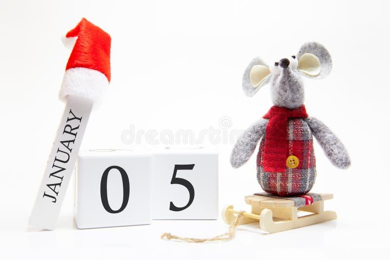 Trärkalender med nummer Januari 5 Gott nytt år! Symbol för nyår 2020 - vit- eller metallsilverråtta Juldekorerad arkivfoto