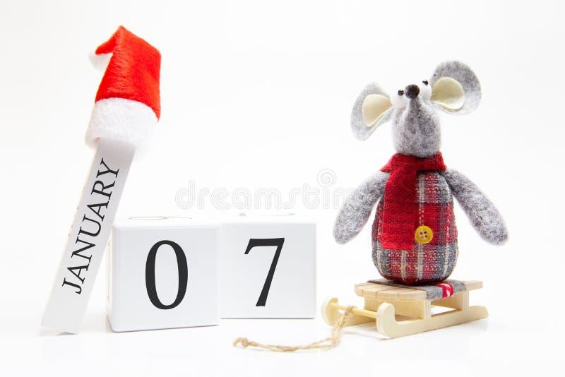 Trärkalender med nummer Januari 7 Gott nytt år! Symbol för nyår 2020 - vit- eller metallsilverråtta Juldekorerad fotografering för bildbyråer