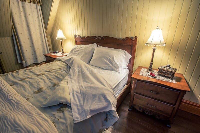 Träsängram och madrass royaltyfria foton