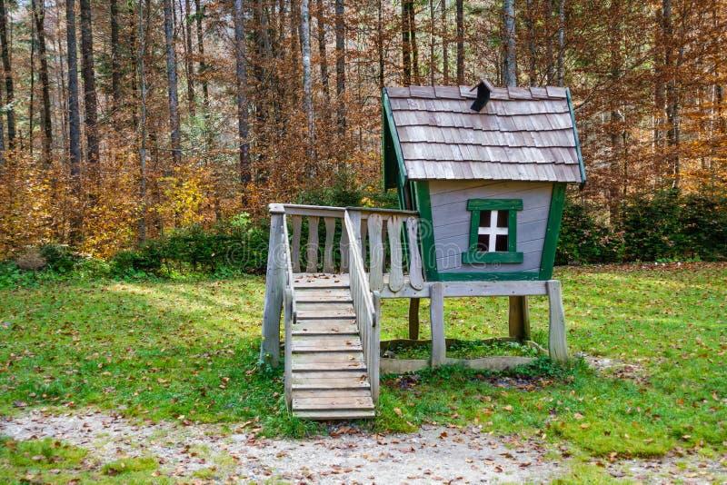 Träsagatreehouse som spelar huset på barnlekplats arkivbild