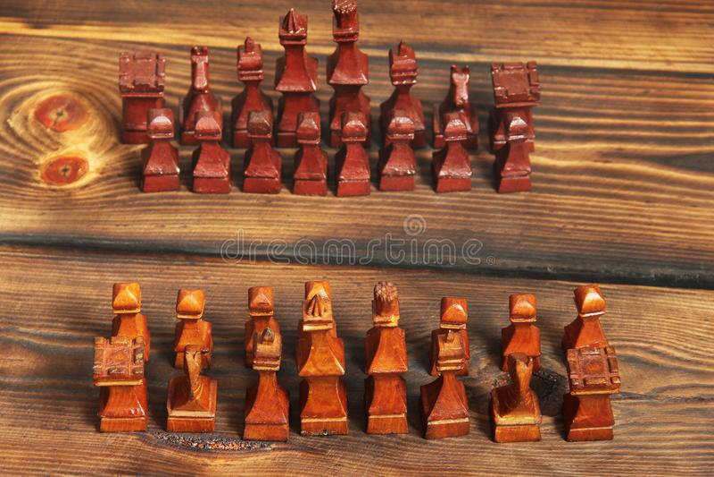 Träschack på träbakgrund royaltyfri foto