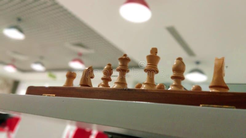 Träschackstycke på schackbrädet som är klart att spela arkivfoton