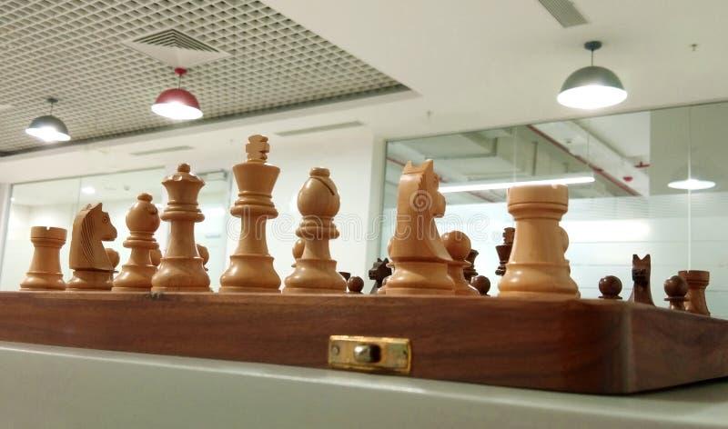 Träschackstycke på schackbrädet som är klart att spela arkivfoto