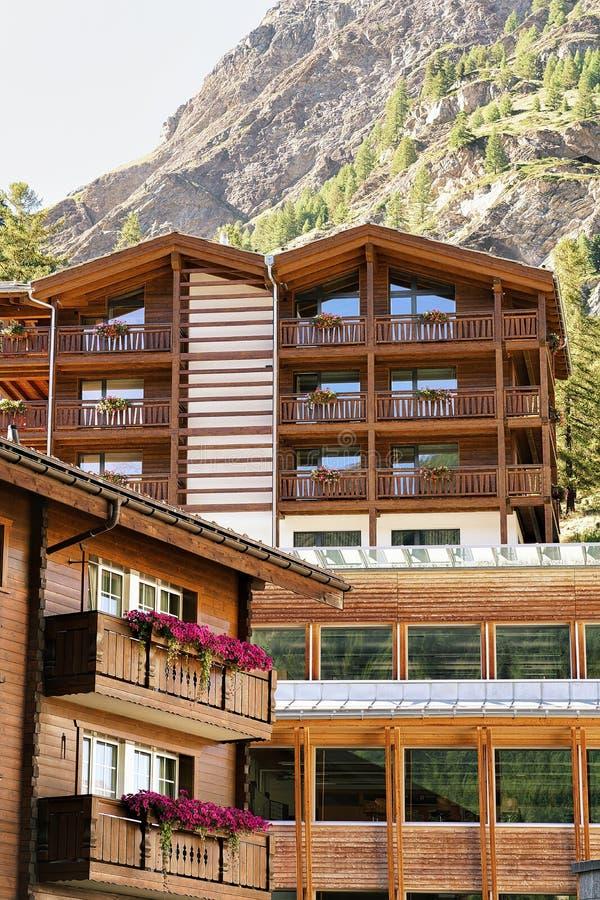 Träschweizisk chalet i berg i Zermatt fotografering för bildbyråer