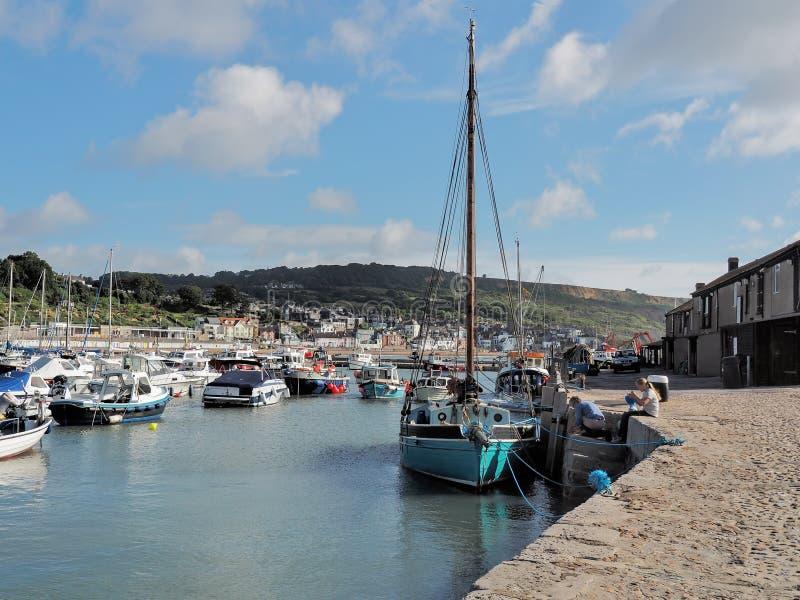 Träsegelbåt på Lyme Regis Harbour royaltyfri foto