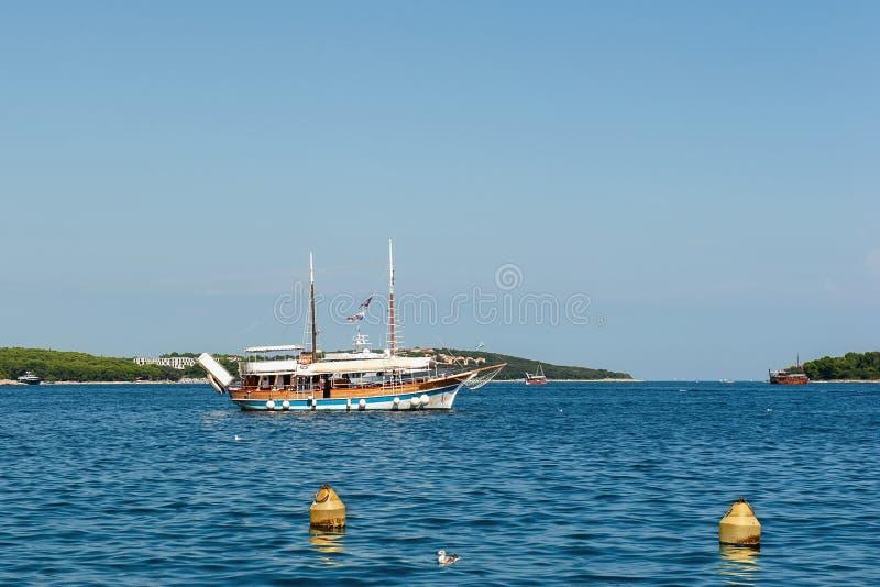 Träsegelbåtsegling längs kusten av staden av Rovinj i Kroatien i soligt väder royaltyfria foton
