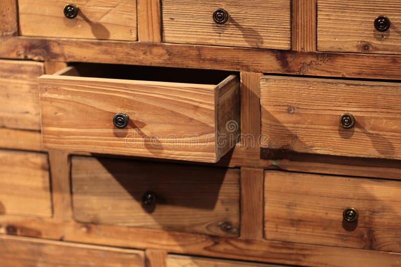Träserveringsbord med små enheter royaltyfri fotografi