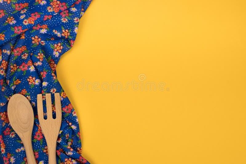träset utensils för kök Blom- modelltorkdukeservett på e royaltyfri fotografi