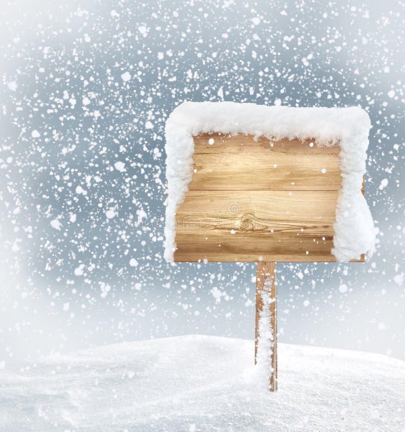 Träsignboard i snow royaltyfri fotografi