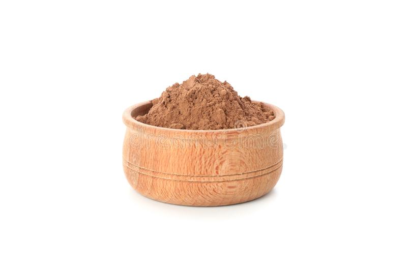 Träskål med kakaopulver isolerat i bakgrunden royaltyfri fotografi