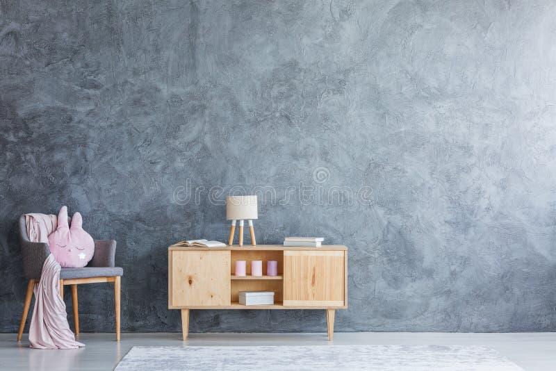 Träskåp i rum för barn` s arkivbild