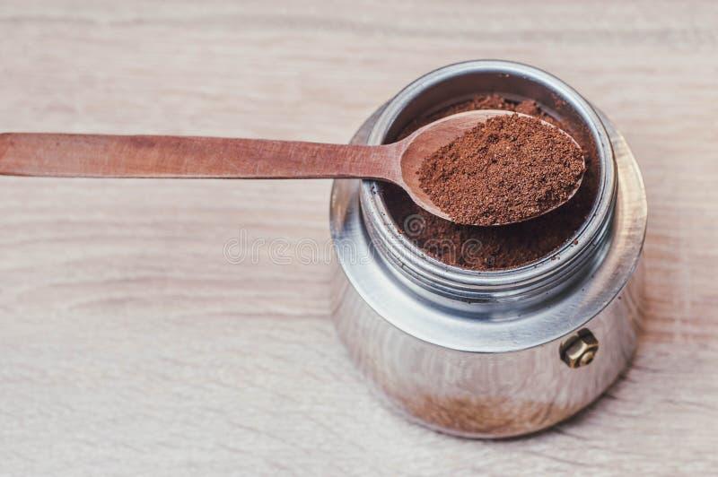 Träsked med bryggat kaffe i en kaffebryggare och en angenäm ton som en källa av energi efter sömn arkivfoto