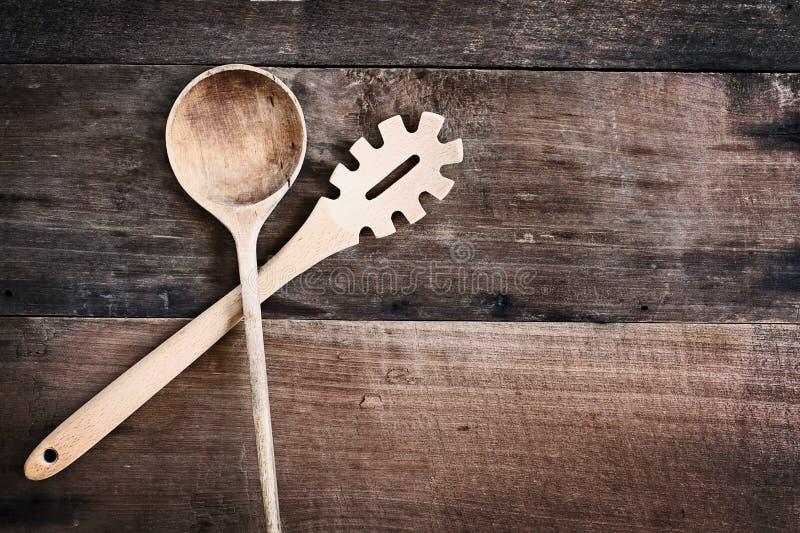 Träsked- och spagettigaffel över Wood bakgrund royaltyfria foton
