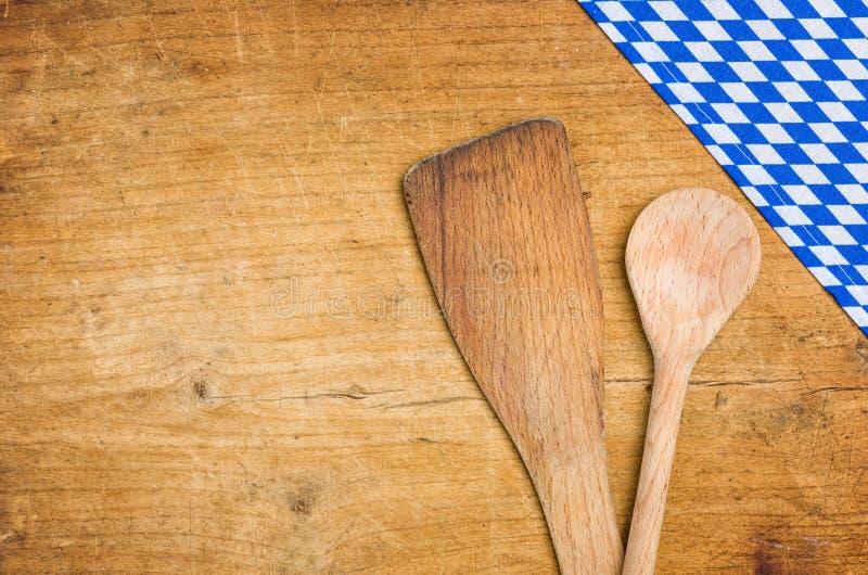 Träskedar med en bavarianbordduk arkivbilder
