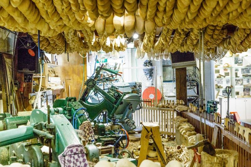 Träskofabricering i ett typisk holländskt laboratorium, träskor, Amsterdam, Nederländerna arkivfoton