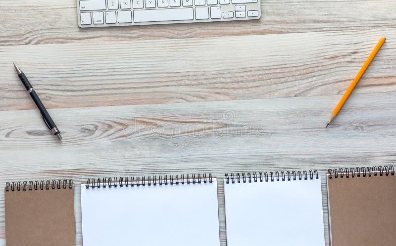 Träskrivbord med affärsobjekt i lugna klassiska färger royaltyfri foto
