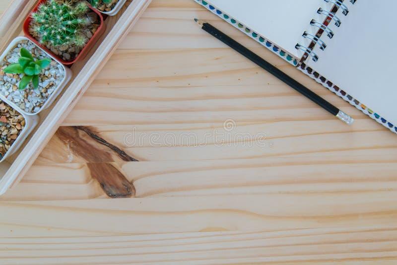 Träskrivbord med anteckningsboken arkivbild