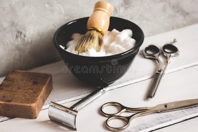 Träskrivbord med hjälpmedel för att raka arkivbild