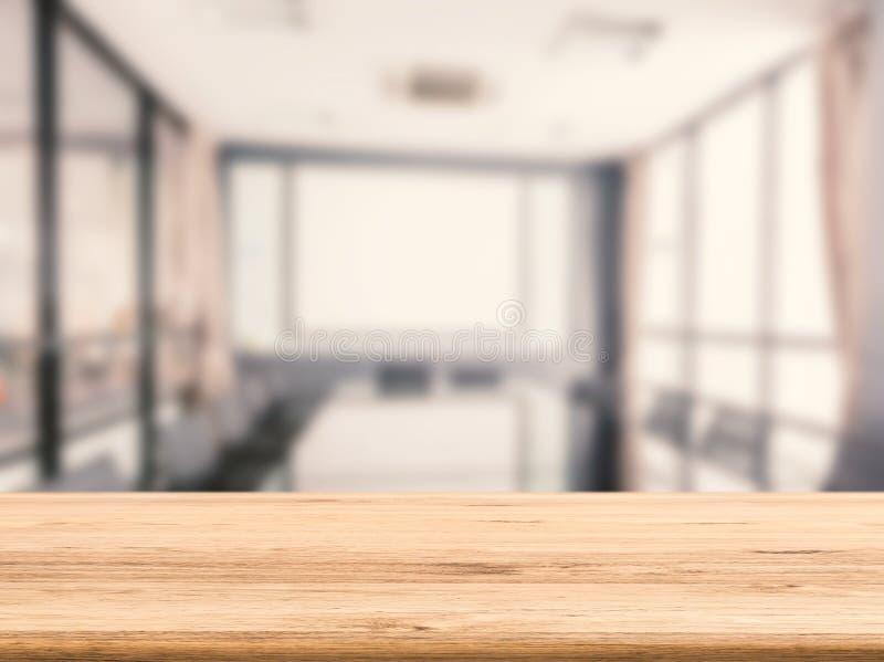 Träskrivbord med kontorsbakgrund royaltyfria foton