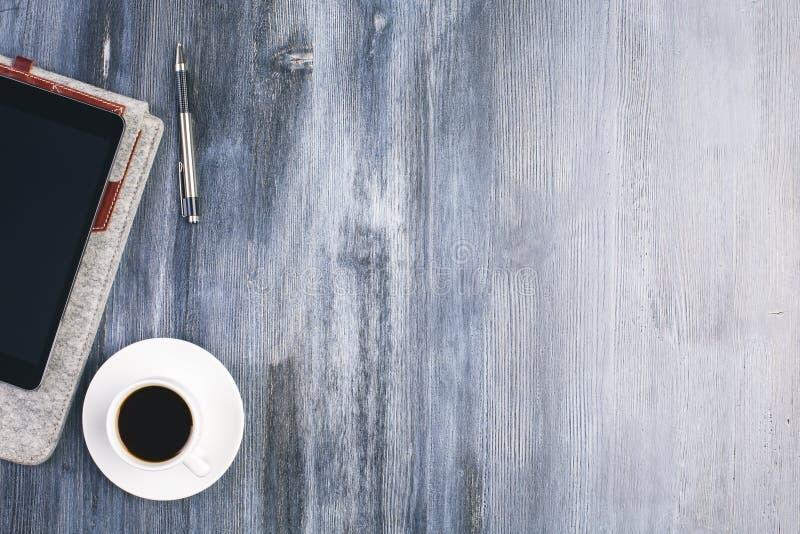 Träskrivbord med objekt royaltyfri bild