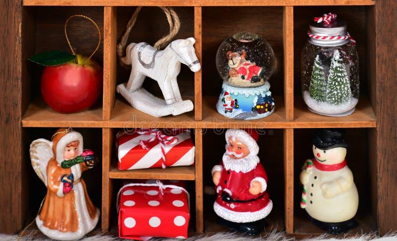 Träskuggaask med jul dekor och leksaksamlingen royaltyfria foton