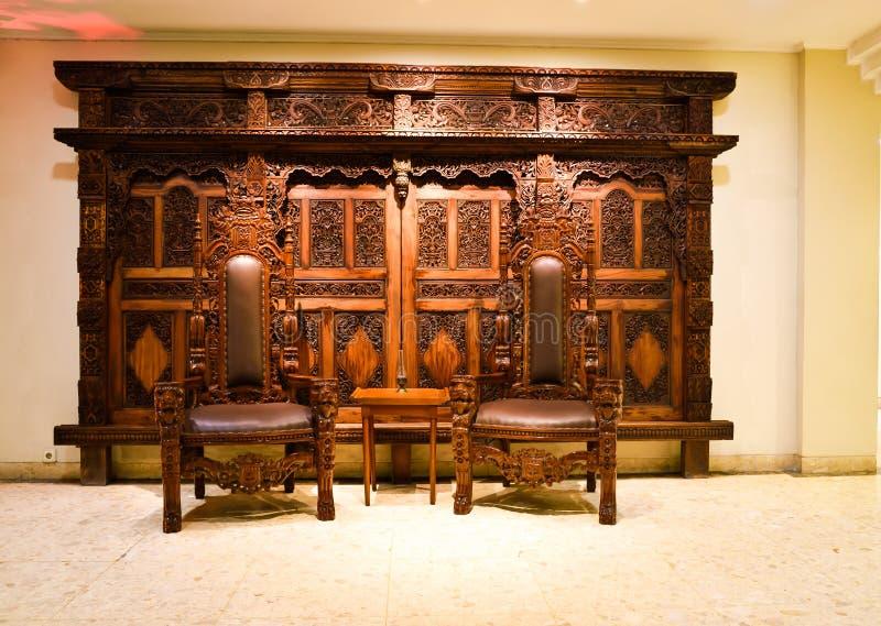Träskulpterat möblemang för gammal traiditional i arvbyggnaden arkivbilder