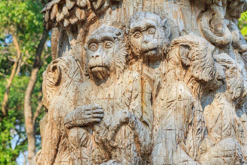 Träskulptur av apan på zoo royaltyfria foton