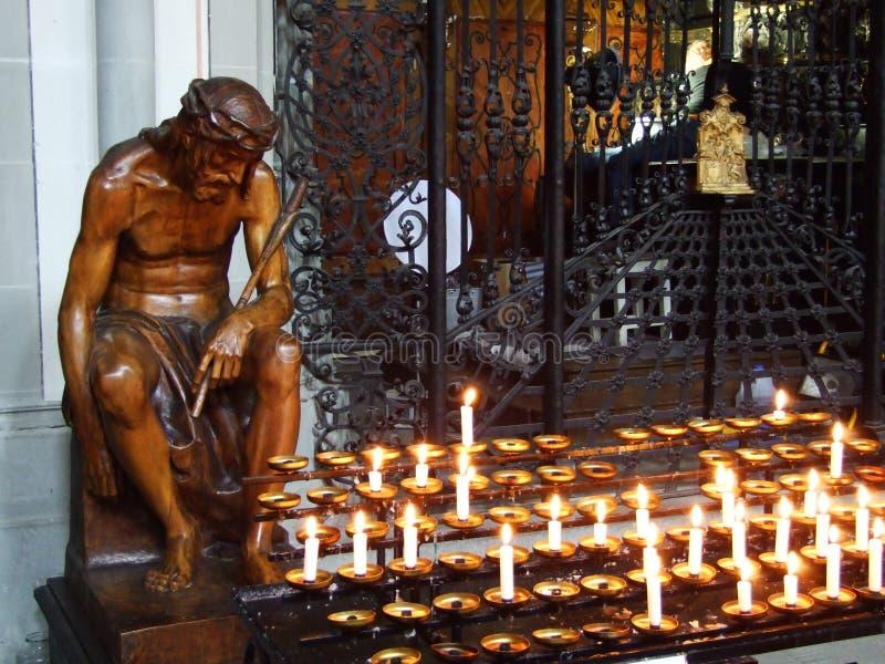 Träskulptur av Jesus med stearinljus i domkyrkan av Konstanz royaltyfri bild