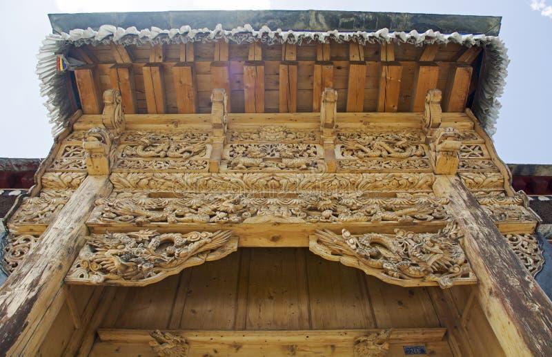 Träskulpturport royaltyfria bilder